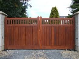 Pin By Kim Erwin On Fence In 2020 Wood Gates Driveway Wooden Gates Driveway Driveway Gate Diy