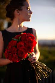 بنات رومانسيه صور بنات رومانسيه جدا مع الورود الحمراء صور جميلة