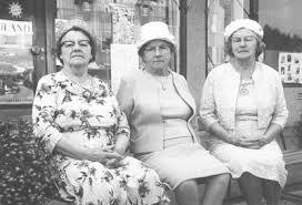 Tre Canadasystrar gästar hembygden. Mrs Ida Williamson, 76 Mrs Emma Larson,  74 Mrs Johanna Mithaug, 72 från Assioniboia, Sakk, Canada.