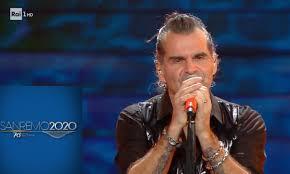 Sanremo 2020, Piero Pelù resta a petto nudo sul palco: il motivo ...
