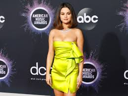 Selena Gomez wore an 'acid green' Versace dress and faux bob to AMAs -  Insider