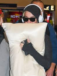 Pregnant Katy Perry covers her mouth as ...
