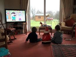 File Children Watching Tv Jpg Wikimedia Commons