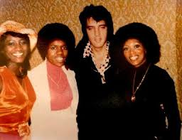 Elvis Presley with vocal group The Sweet Inspirations, left to right Sylvia  Shemwell, Estelle Brown & M…   Elvis presley, Elvis presley family, Elvis  presley photos