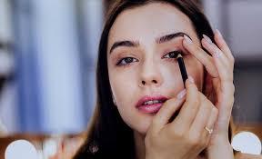 applying eyeliner for almond eyes