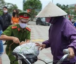 Gạo vẫn ùn ùn đổ về cây ATM miễn phí đầu tiên tại Hải Phòng