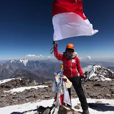 luar biasa putri asal sergai taklukkan puncak gunung aconcagua