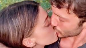 Belen e Stefano, torna anche la passione - YouTube