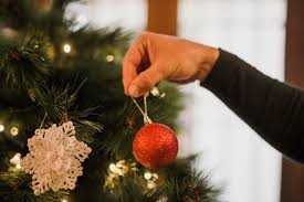 Homem a decorar a árvore de natal | Foto Grátis