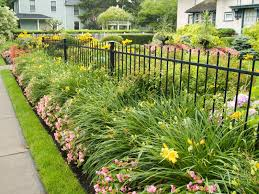 40 Beautiful Garden Fence Ideas Fence Landscaping Aluminum Fence Landscaping Landscaping Along Fence