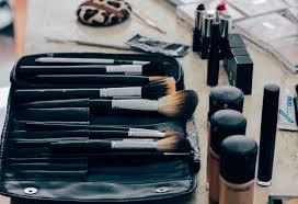hand brush blue makeup foundation