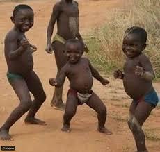طفل أفريقي يرقص بطريقة مدهشة لا تجعلوا نوبة من الضحك تفوتكم رائج