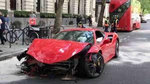 Ferrari 488 GTB distrutta dopo scontro con autobus, il video da Londra