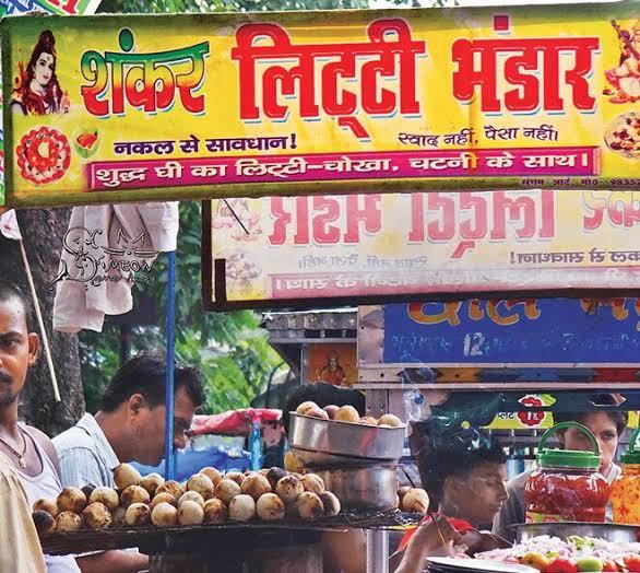 Puesto callejero de litti chokha