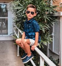 Descrição da imagem #PraCegoVer: O menino Pedro Smith está sentado ...
