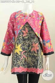 Ya, tentu saja baju batik dengan model ini akan membuat penampilan semakin trendy dan kekinian. 15 Model Baju Atasan Kombinasi Rompi Terkini