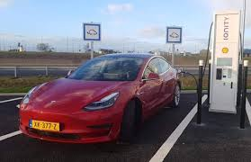 Tesla Model 3 se v Evropě nabíjí rychleji než v domovské USA