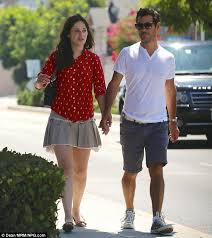 Zooey Deschanel walks arm-in-arm with producer Jacob Pechenik | Zooey  deschanel style, Zooey deschanel, Jacobs