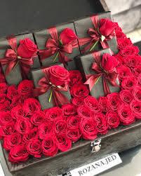 كوش روزانا ورد تنسيق هدايا تغليف جوري احمر تصميم تصويري زهور