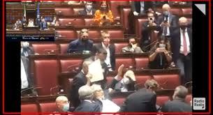 Sgarbi scatena il caos alla Camera: portato via di peso - VIDEO