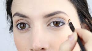 3 ways to make your eyes look smaller