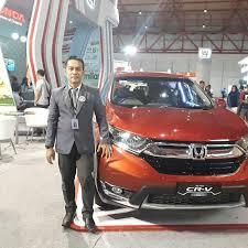 Salesman Mobil Hodna Jatiasih Sedang Ada kegiatan Exhibition di ajang Otomotif International