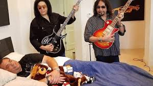 Fan pays $50K for a terrible Gene Simmons and Ace Frehley concert in his  house