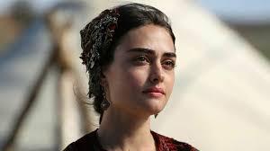 "Esra Bilgiç responds over PM Imran Khan's praise for drama ""Ertugrual Ghazi"""