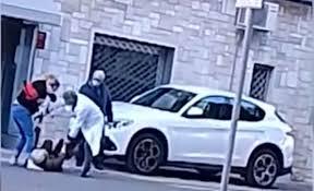 Lecce, medico aggredisce anziano e lo prende a calci e schiaffi - VIDEO