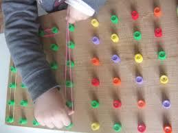 motricité fine : jouer avec des élastiques - Donne-moi ta main