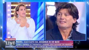 Pedro Valti contro Amadeus a Live Non è la D'Urso: cipolla