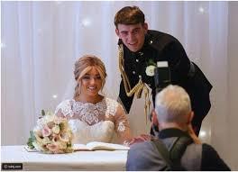 عروس مصابة بالشلل تعد مفاجأة للعريس خلال الزفاف رائج