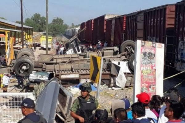 Resultado de imagen de Tren arrolla autobús y deja nueve muertos en Querétaro