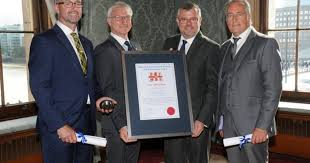 Newquay helicopter rescue crew honoured with 'heroic rescue' award |  AirMed&Rescue