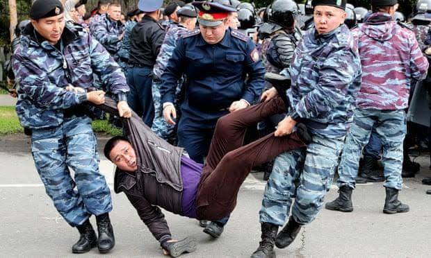 Kazakistan Polisinin baskı ve tutuklama resimleri ile ilgili görsel sonucu