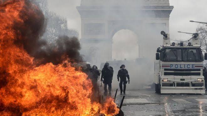 """Resultado de imagem para protestos em paris 2019"""""""