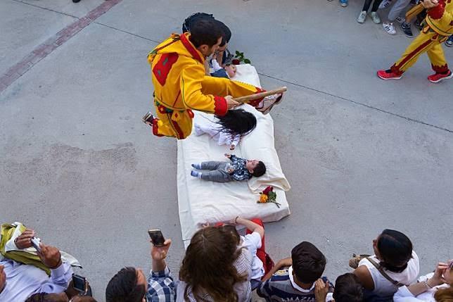 """ผลการค้นหารูปภาพสำหรับ เทศกาลโกลาโช กระโดดข้ามเด็กทารก"""""""