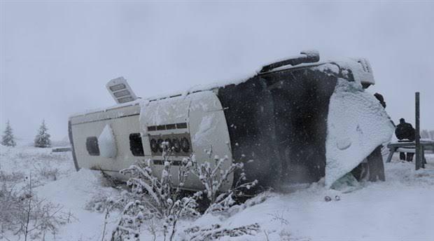 Kütahya'da yolcu otobüsü bariyerlere çarparak devrildi! Çok sayıda yaralı var