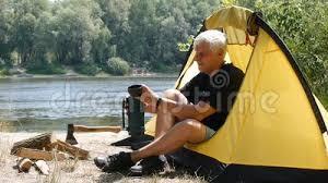El Hombre Es Tienda Vieja Que Acampa Almacen De Video - Vídeo de camping,  abrigo: 78195995