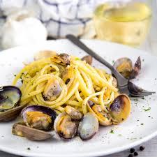 WHITE CLAM SAUCE LINGUINE with garlic ...