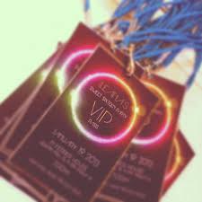 Unas Invitaciones Llamativas Un Pase Vip Invitaciones Quinces 16 Fiestas Dulces Fiestas De Cumpleanos De Neon Y Temas Para 16 Anos