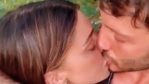 Belen e De Martino: arriva il primo bacio (passionale) su ...
