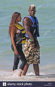 Calciatore italiano Mario Balotelli gode di una giornata in spiaggia con la  sua fidanzata Fanny Neguesha dotate: Mario Balotelli,Fanny Neguesha dove:  Miami Beach, Florida, Stati Uniti quando: 10 Lug 2014 Foto stock -