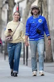 Olivia Wilde and Jason Sudeikis walk ...