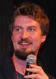 ファイル:Adam Wingard 2013 (cropped).jpg - Wikipedia
