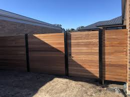 Horizontal Merbau Fence With Powder Coated Black Galvanised Steel Exposed Posts Http Www Naileditfencing C Steel Fence Steel Fence Posts Modern Fence Design