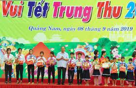 Thủ tướng Nguyễn Xuân Phúc vui Tết Trung thu cùng trẻ em Quảng Nam