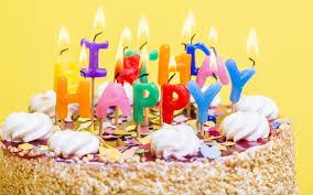 تحميل خلفيات عيد ميلاد سعيد حرق الشموع 4k كعكة على خلفية صفراء