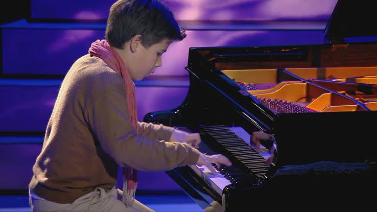 niño tocando piano
