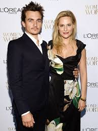 Aimee Mullins and Rupert Friend Are Engaged | PEOPLE.com